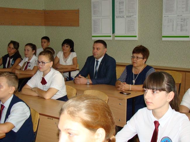 Депутаты Красноперекопского городского совета провели для школьников парламентский урок, посвященый Дню Государственного Герба и Государственного Флага Республики Крым